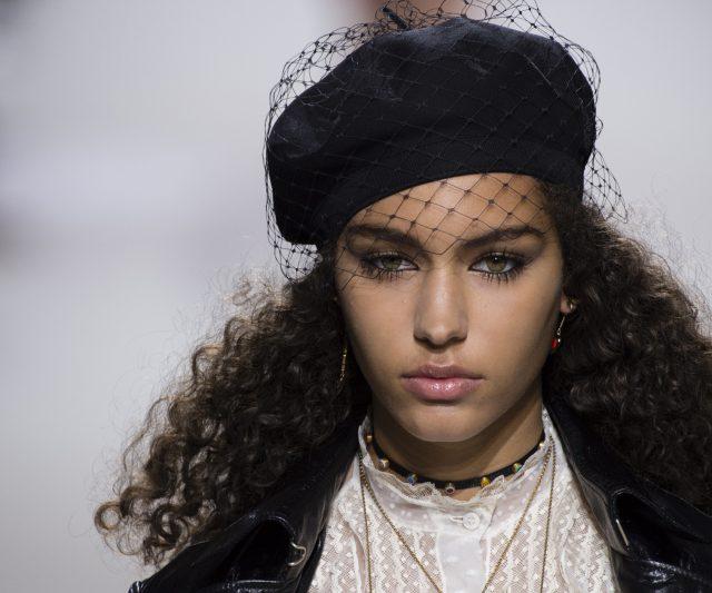 """Solekan """"Over-the-top"""" Daripada Paris Fashion Week Anda Patut Cuba"""