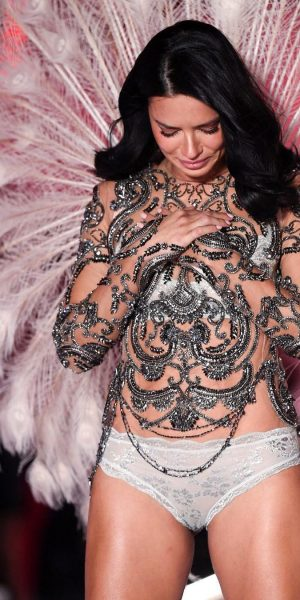 Tangisan Adriana Lima Untuk Pertunjukan Terakhirnya Bersama Victoria's Secret